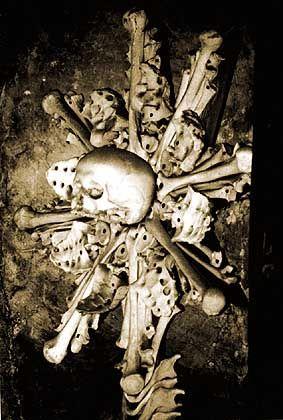 Sonnenmonstranz: In echten Kirchen zur Aufbewahrung der Hostien gedacht, hier aus sind die Sonnenstrahlen aus Oberschenkel- und Kreuzbeinknochen gemacht und der Sockel aus Unterkiefern und Armknochen