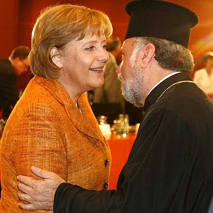 Integrationsgipfel: Kanzlerin Merkel begrüßt Erzpriester Apostolos Malamoussis, griechisch-orthodoxer Metropolit von Deutschland