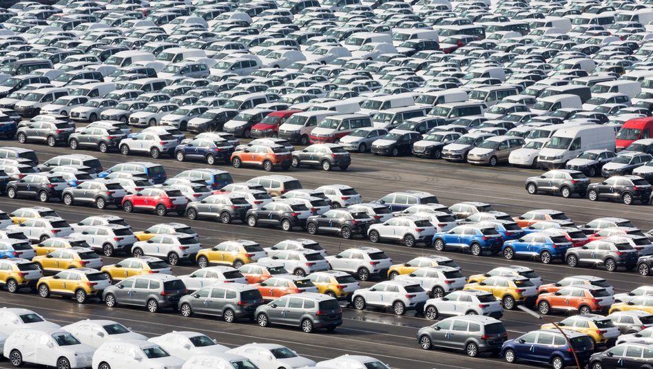 Volkswagen- und Audi-Modelle im Emdener Hafen