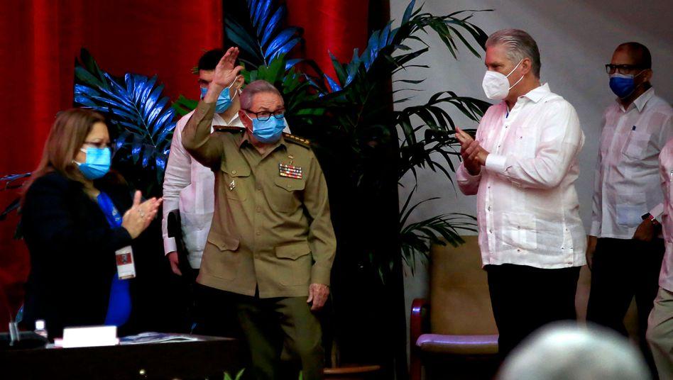 Zum ersten Mal seit sechs Jahrzehnten steuert kein Castro die Geschicke Kubas – stattdessen wird Miguel Díaz-Canel (r.) das Zepter übernehmen