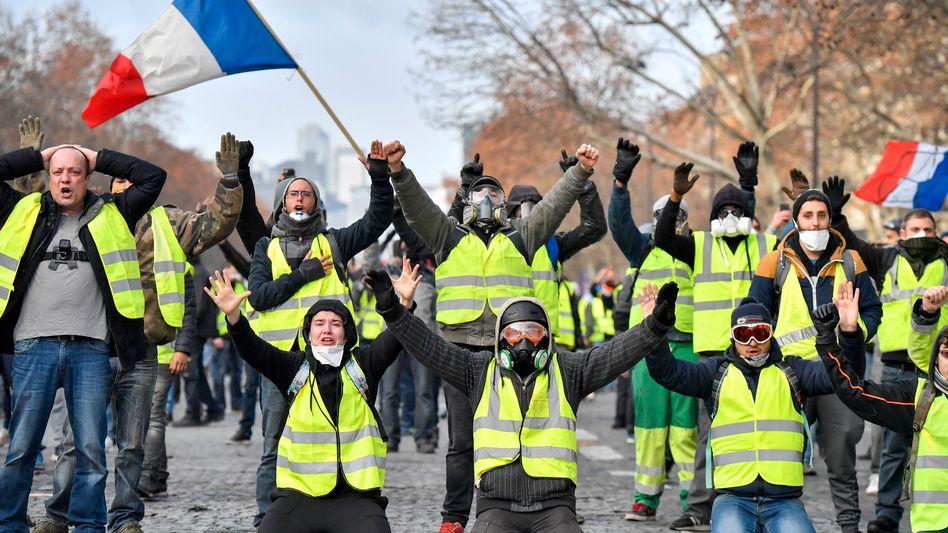 Demonstranten in gelben Westen protestieren in der Nähe des Arc de Triomphe.