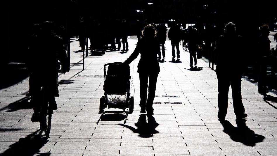 Frau mit Kinderwagen in Dresden (Archivbild)