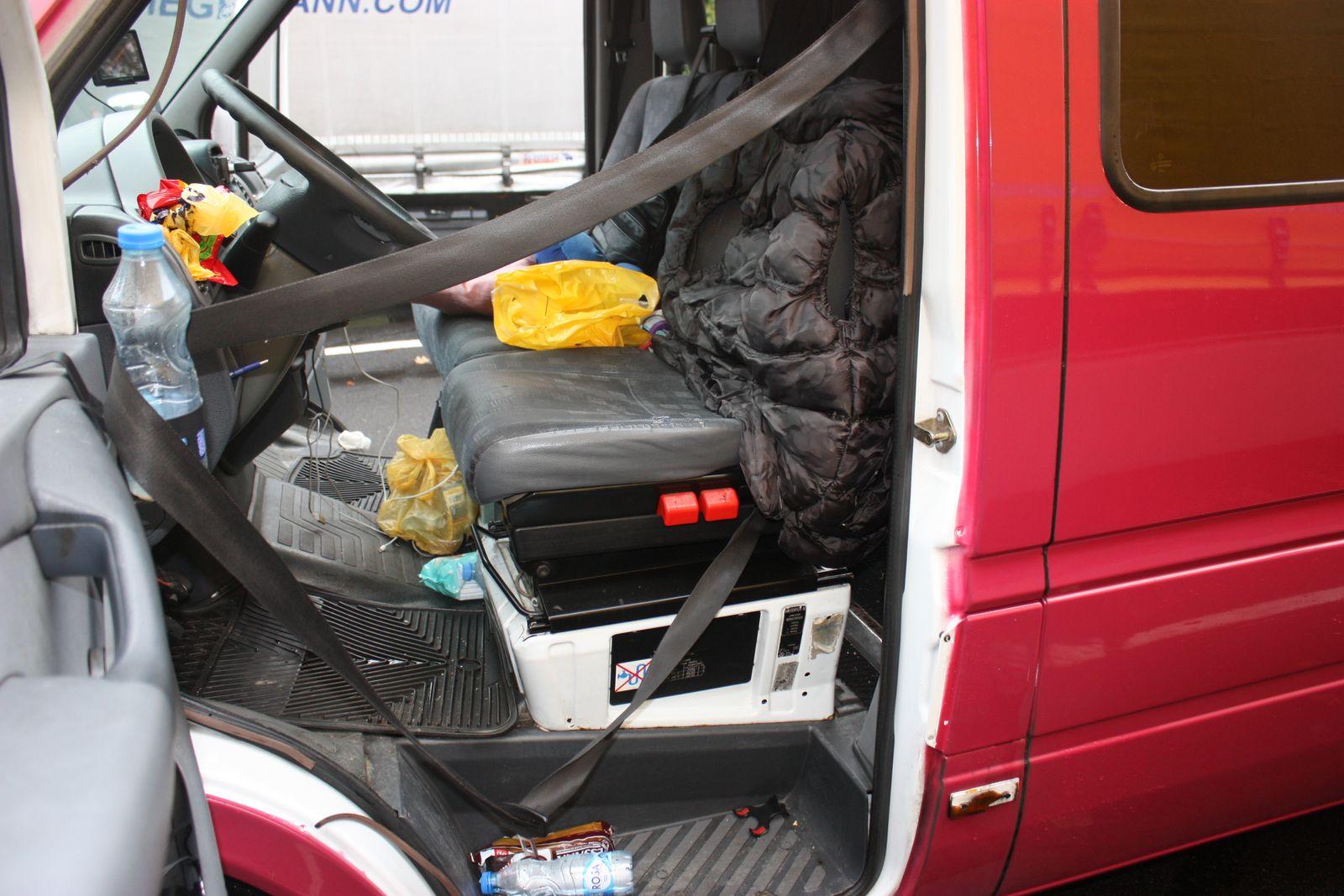 Fahrer von technisch marodem Minibus schlÃ?ft wÃ?hrend Kontrolle
