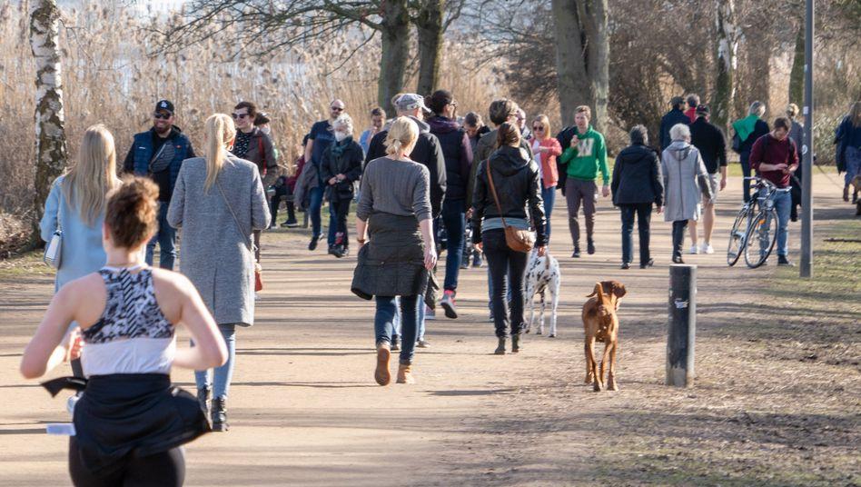 Jogger und Spaziergänger an der Alster in Hamburg: Maskenpflicht eher »kontraproduktiv«