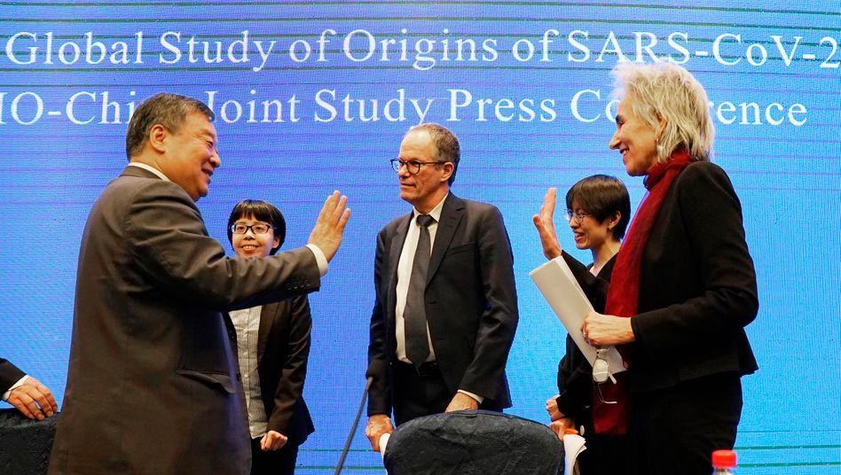 Pressekonferenz der WHO-Delegation mit ihren chinesischen Partnern am 9. Februar in Wuhan (rechts: Marion Koopmans): Hochpolitisches Umfeld