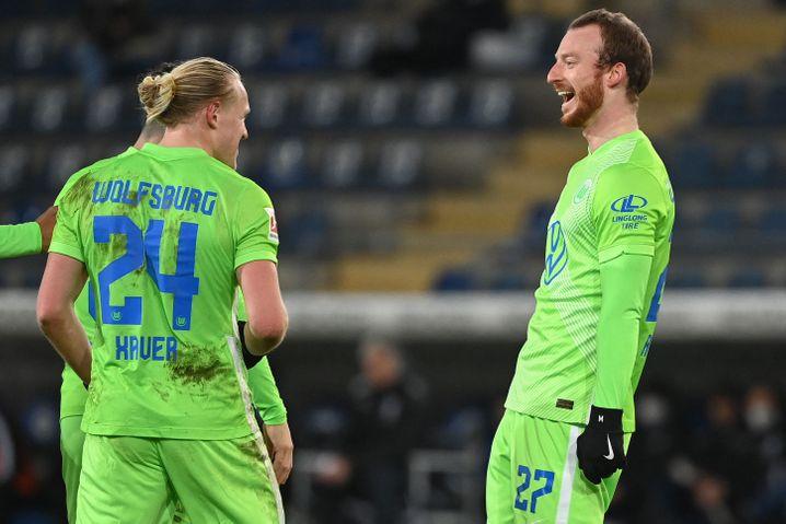 Arnold (rechts) feiert nach seinem Tor gegen Bielefeld