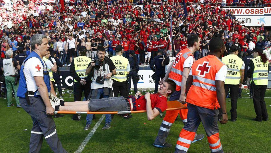 Zwischenfall in Pamplona: Ein Fan wird ins Krankenhaus gebracht