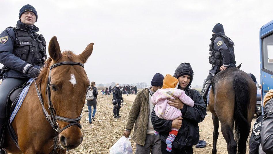 Flüchtlinge und Polizisten an der kroatisch-slowenischen Grenze: »Leidensdruck erhöhen«