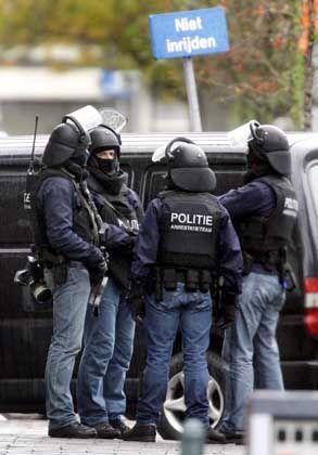 Mitglieder einer Anti-Terror-Einheit besprechen den Einsatz