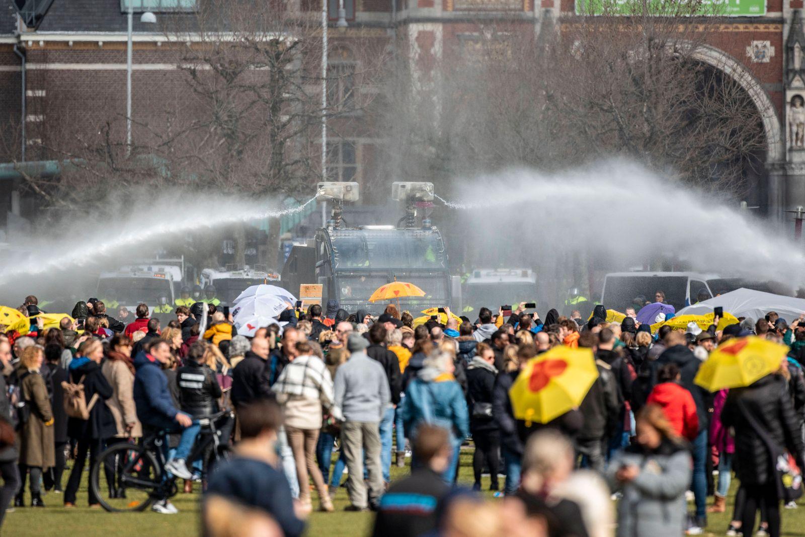 20.03.2021 , Amsterdam ( Niederlande ) , Demonstration gegen die Coronaregeln der niederländischen Regierung auf dem Mus