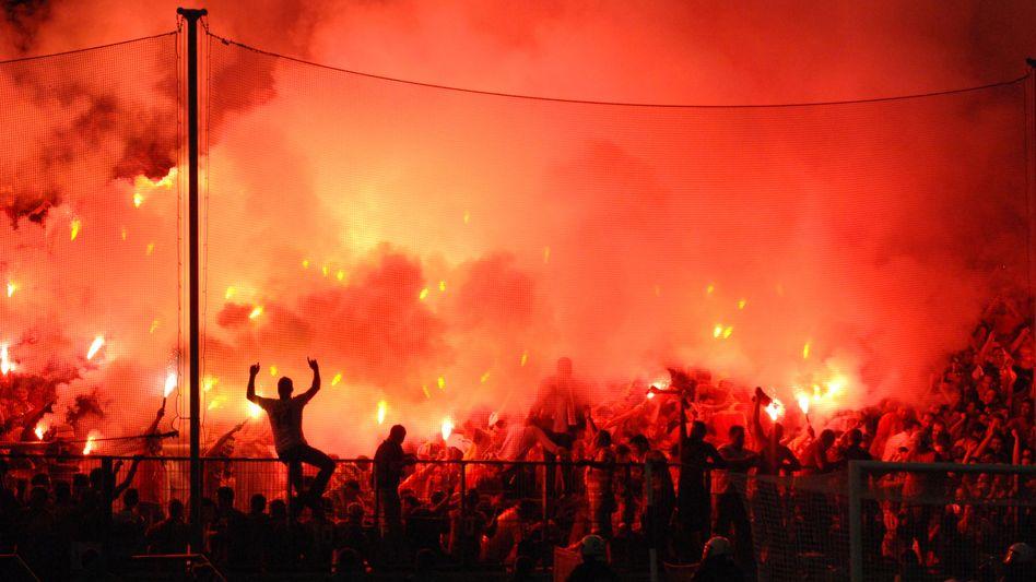 Pyrotechnik in den Stadien: Bei DFB und DFL verpönt
