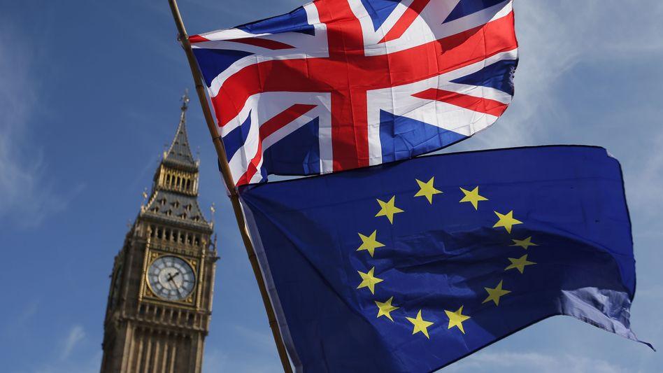 Britische und europäische Flagge vor dem Big Ben in London: Gespräche über Fisch bis spät in die Nacht