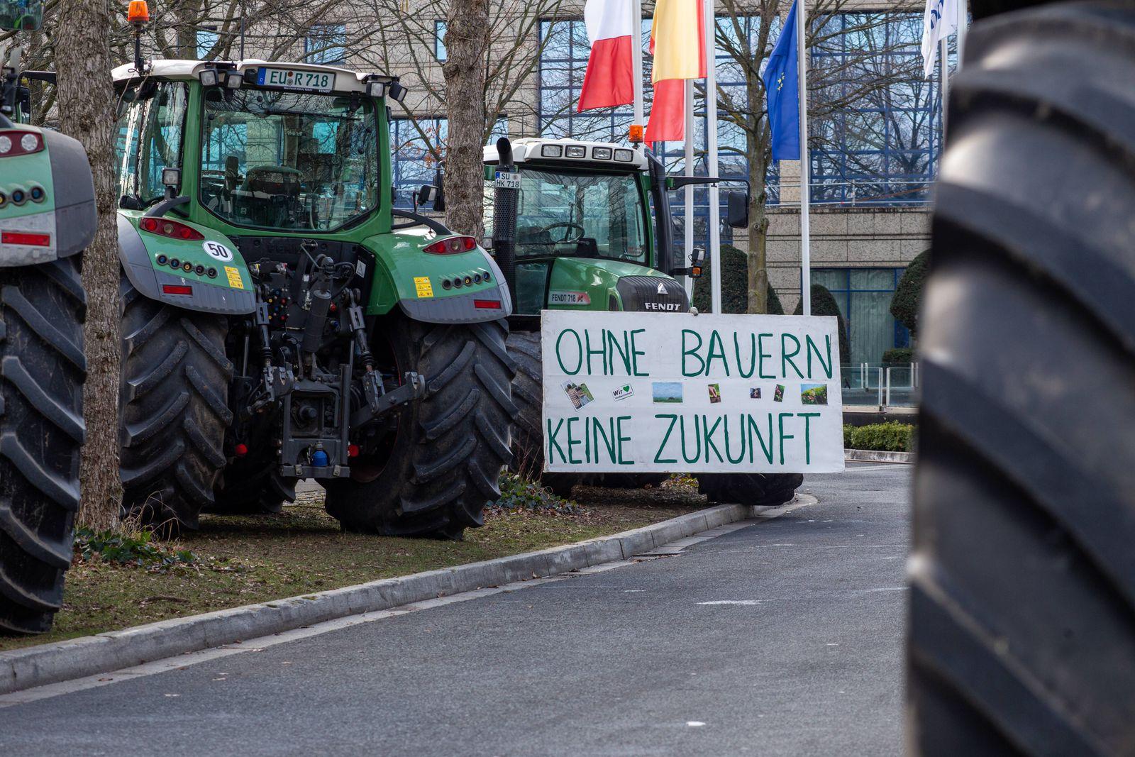 Landwirte demonstrieren vor BMU in Bonn gegen Insektenschutz Seit Sonntag demonstrieren Landwirte unter der Organisatio