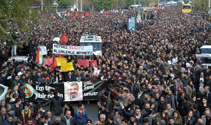 Trauer um Tahir Elçi: Mehr als 100.000 Menschen haben Schätzungen zufolge an der Trauerfeier in Diyarbakır teilgenommen