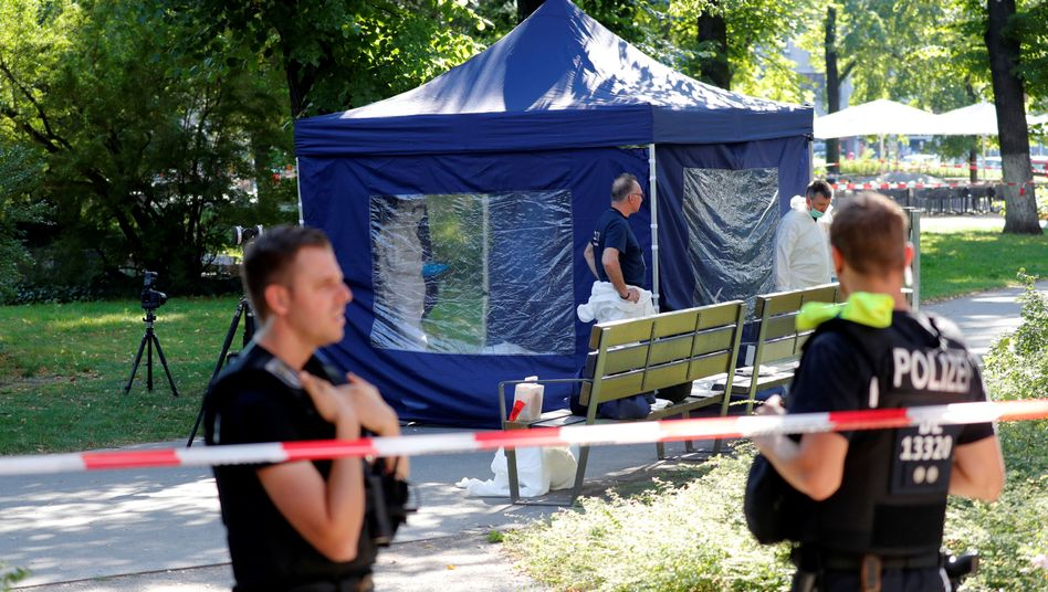 Polizisten am Tatort in Berlin-Moabit
