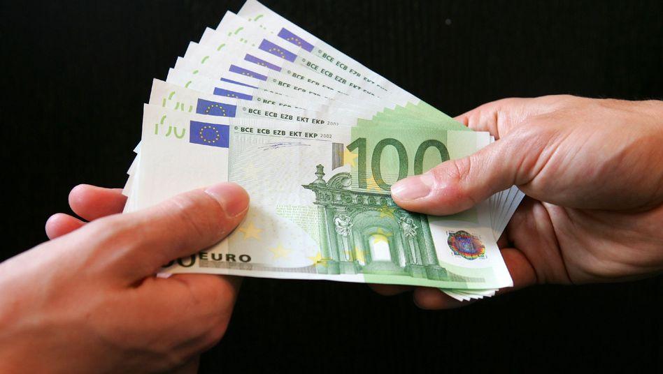 Geldübergabe (Symbolbild): Mieses Zeugnis aus Straßburg für die Bundesregierung