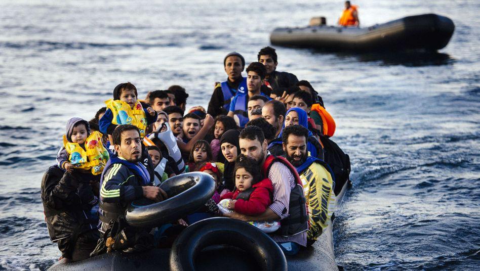Schutzsuchende auf einem Schlauchboot vor der griechischen Küste (Archivbild von 2015)