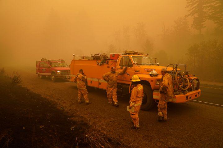 Völlig erschöpfte Feuerwehrleute in der Nähe von Mill City, Oregon