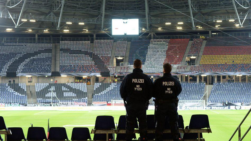 Polizisten auf der Tribüne der HDI-Arena: Verlorenes Vertrauen