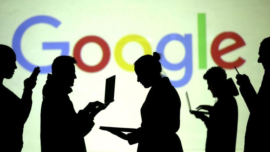 Silhouetten vor Google-Logo