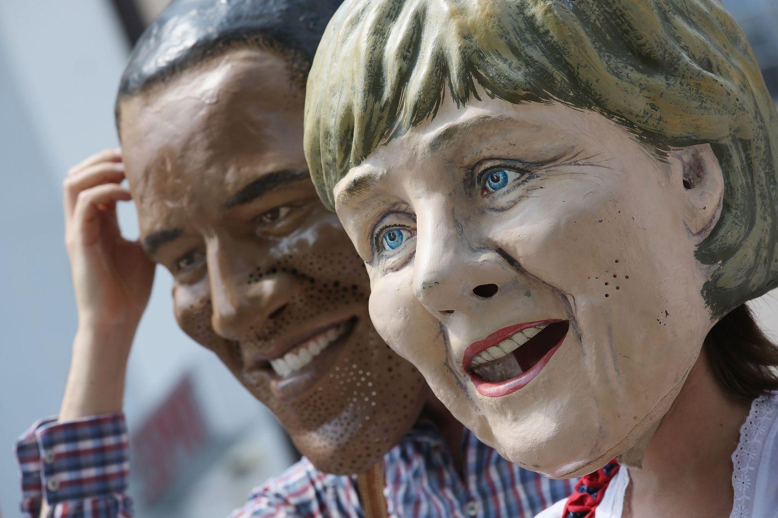 G7 Protest Merkel Maske