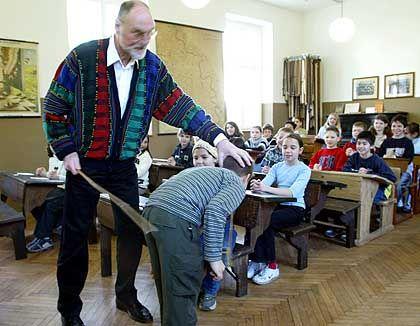 In Deutschland nur zur Anschauung im Schulmuseum, in den USA gängig: Prügel vom Lehrer