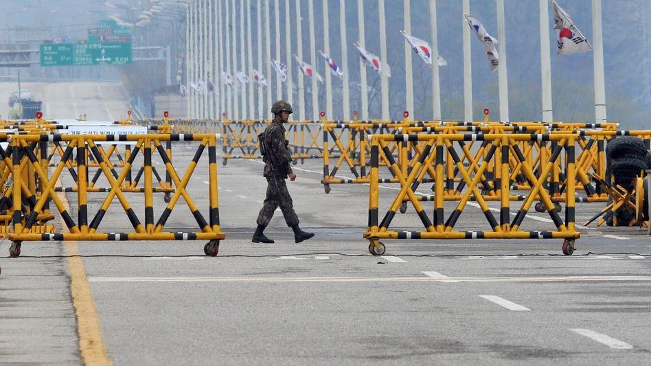Südkoreanischer Soldat an der Straße nach Kaesong: Derzeit herrscht Funkstille