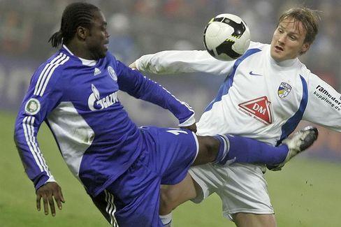 Schalkes Asamoah (l.): Rassistisch beleidigt