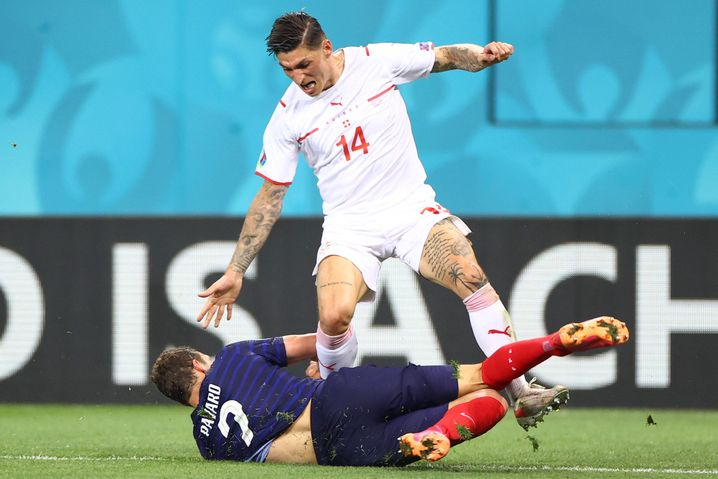In der Bundesliga Ergänzungsspieler, bei der EM ein Star: Steven Zuber im Zweikampf mit Benjamin Pavard