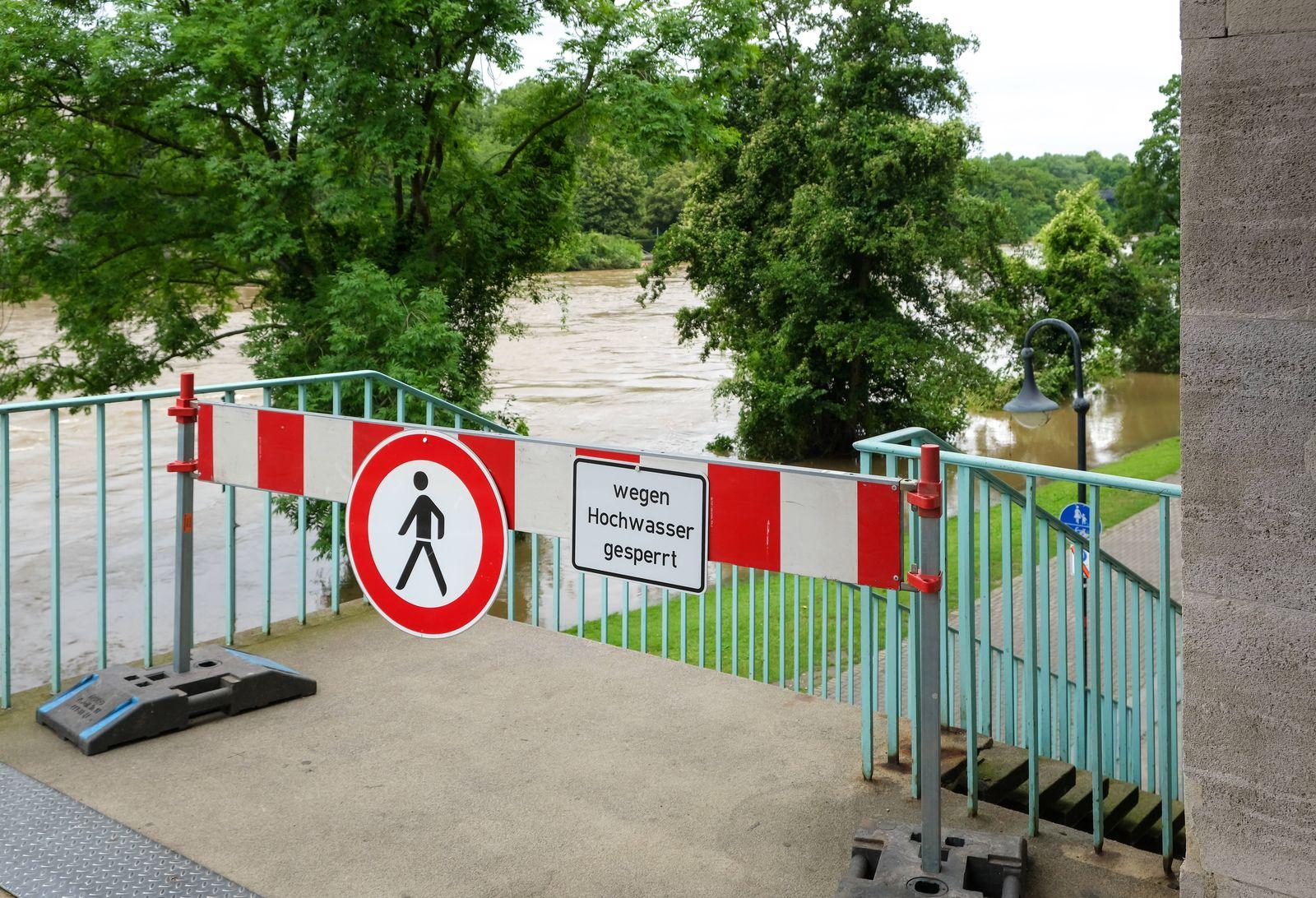 Muelheim an der Ruhr, Nordrhein-Westfalen, Deutschland - Hochwasser, Ruhruferweg gesperrt wegen Hochwasser in Muelheim
