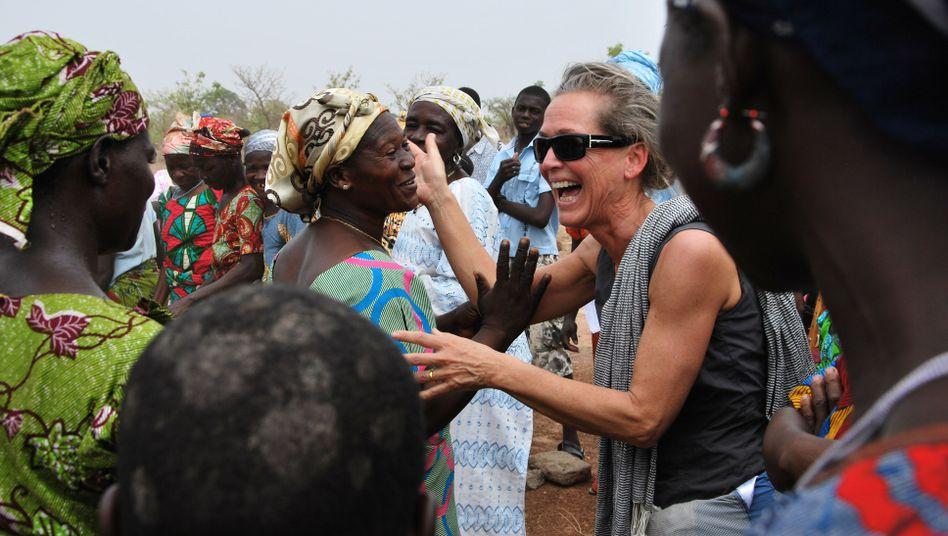 Edith Lanfer arbeitet aus Überzeugung in der Entwicklungshilfe, doch immer öfter kommen ihr Zweifel