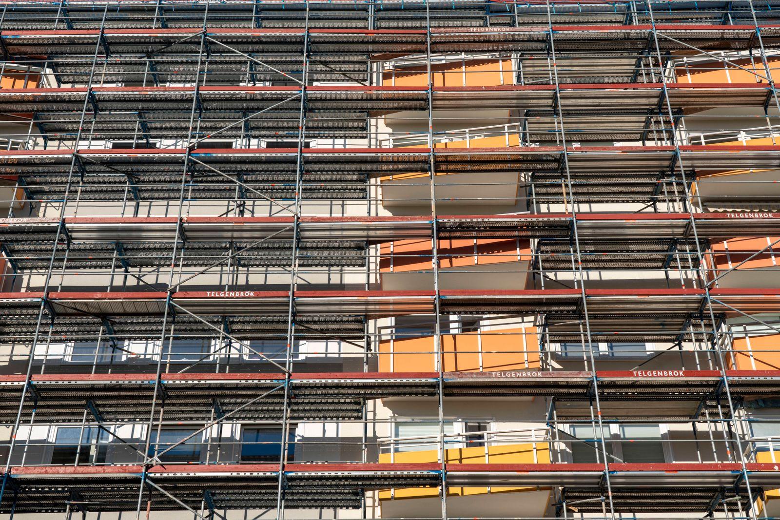 Energetische Sanierung eines Wohnhochhauses, Mietwohnungen in Essen, eingerüstetes Gebäude, *** Energetic renovation of