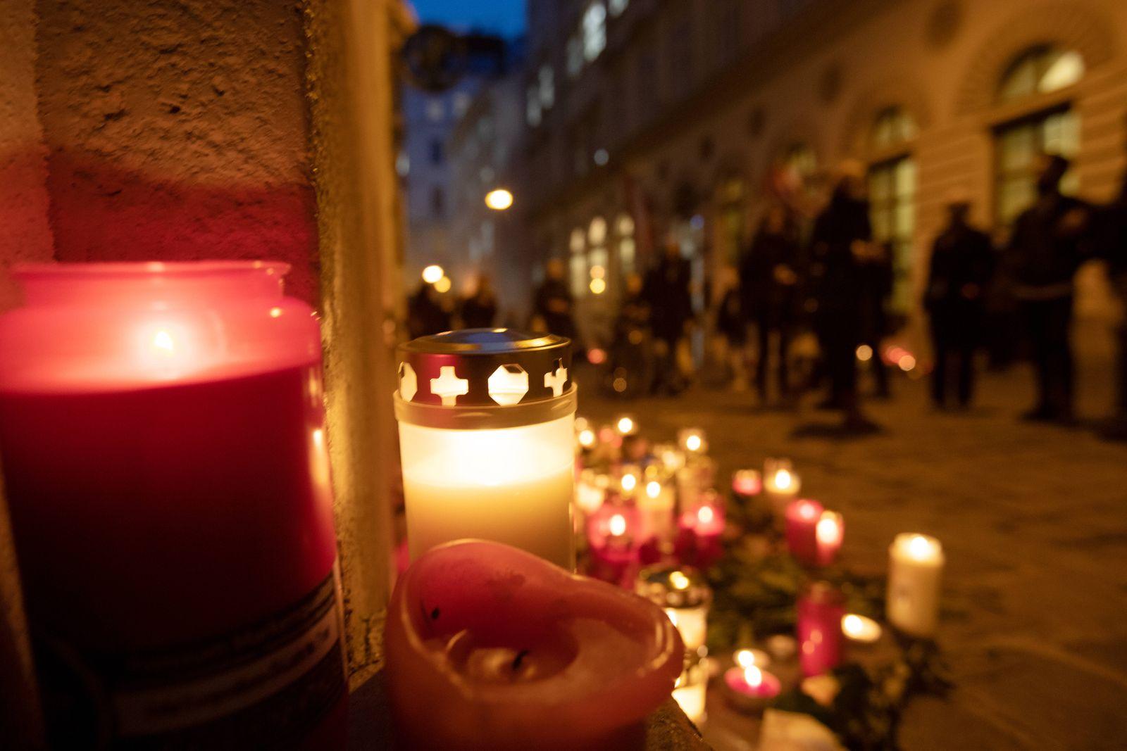 AUSTRIA - VIENNA - TERROR - ATTACK ÖSTERREICH; WIEN; 20201104; Kerzen brennen in der Seitenstettengasse in der Nähe des