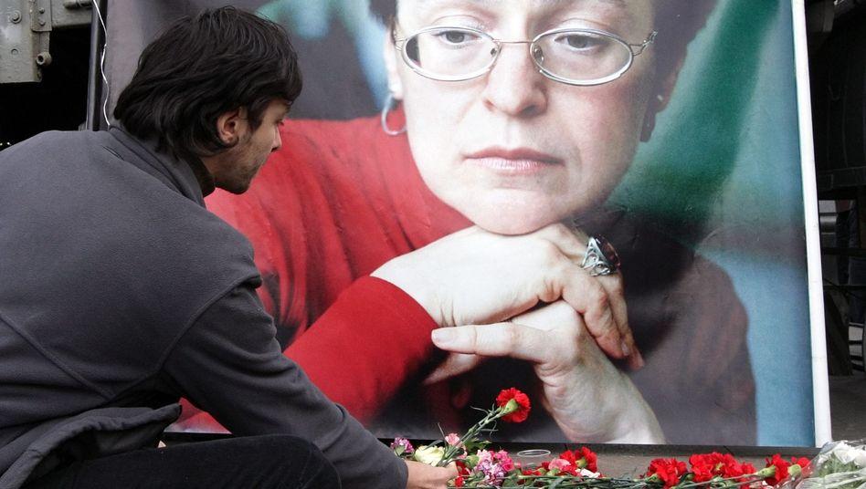 Fall Anna Politkowskaja: Ein Mann gedenkt der ermordeten russischen Journalistin