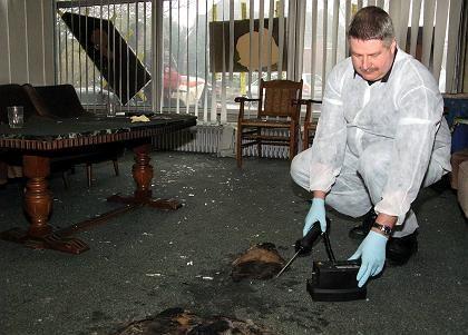 Ein Polizeibeamter sichert Spuren: Rechtsextremistischer Brandanschlag in Sittensen