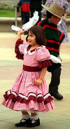 """""""Cueca""""-Aufführung: Schon die Kleinsten tanzen den chilenischen Nationaltanz"""