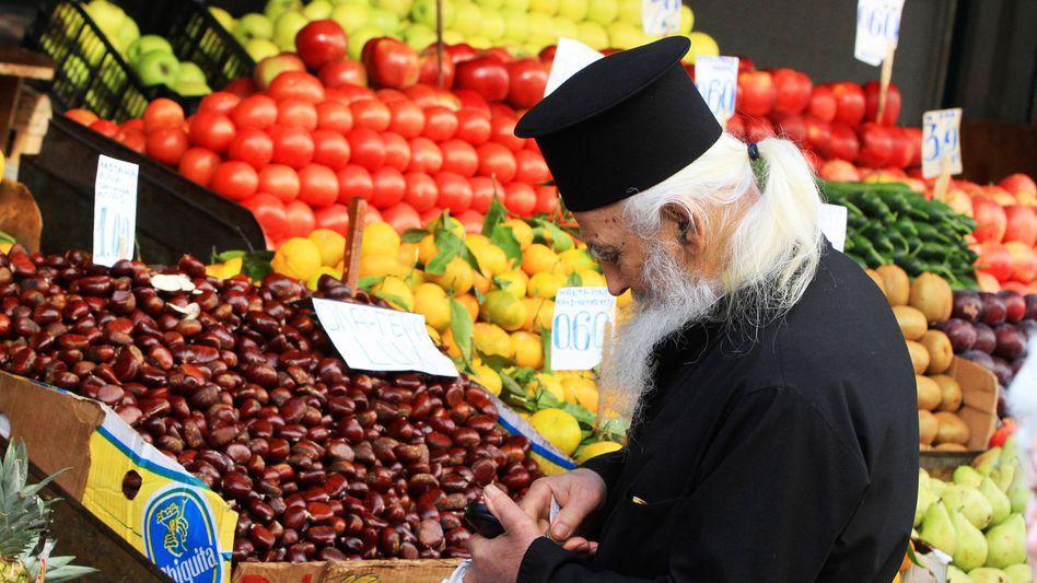 Orthodoxer Priester beim Einkauf in Athen: Nur den Deutschen reichten vier Tomaten