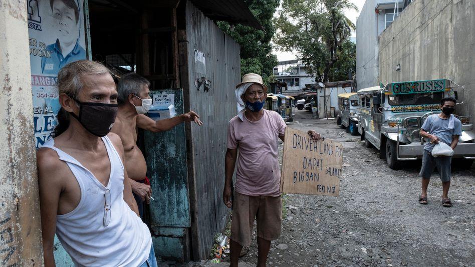Jeepney-Fahrer in Manila, die ihre Arbeit verloren haben und jetzt in ihren Fahrzeugen hausen