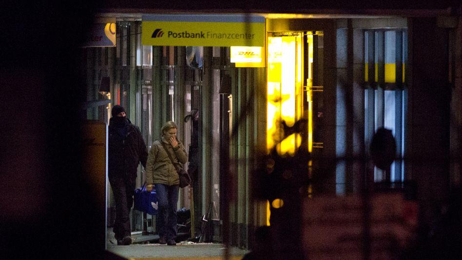 Polizei-Großeinsatz: Geiselnehmer in Berliner Bank stellt sich