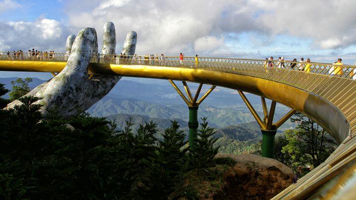 Spektakuläre Fußgängerbrücken: Riesenhände und Riesenabgründe