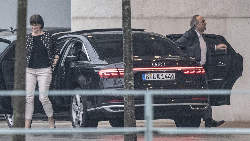 SPD-Chefs Saskia Esken und Norbert Walter-Borjans vor einem Besuch bei Bundeskanzlerin Angela Merkel (CDU)