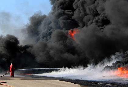 Von Terroristen in Brand gesteckte Pipeline im Irak: Streit über die Reserven
