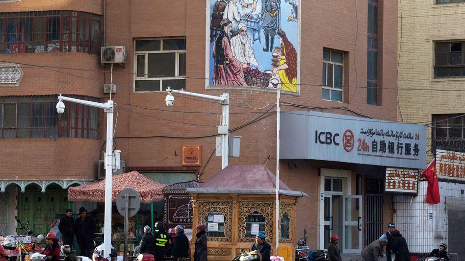 Provinz Xinjiang: Jeder Schritt der Bewohner wird überwacht. Wer keine entsprechende App aufs Handy lädt, dem droht Haft