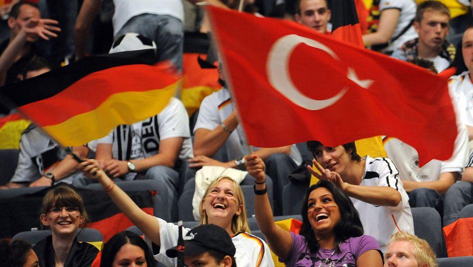 Türkische und deutsche Fußballfans (Archivbild)