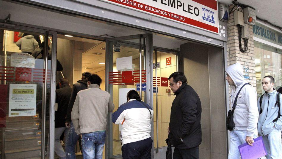 """Spanische Arbeitslose vor einem Jobcenter (Archiv): """"Verlorene Generation"""""""