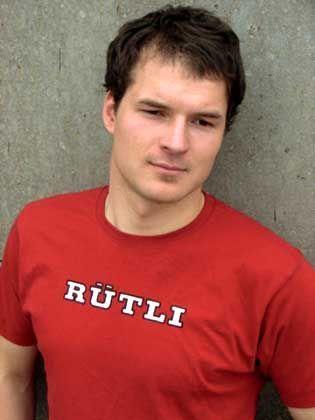 """Modell des Rütli-T-Shirts: """"Den Schülern ihr Label zurückgeben"""""""