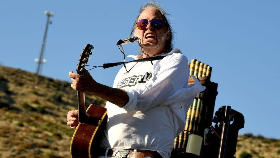 Neil Young bei einem Auftritt im kalifornischen Lake Hughes