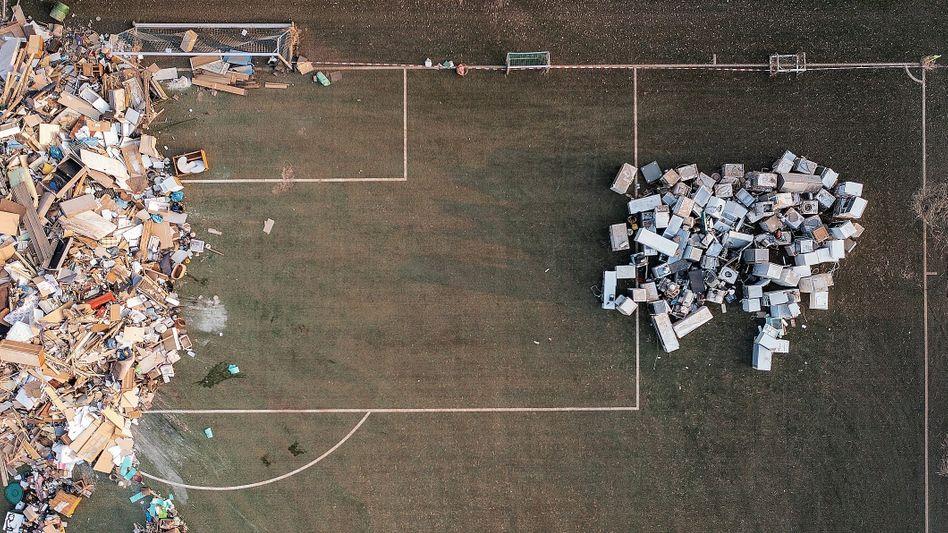 Folgen der Flut: Ein Fußballplatz nahe dem nordrhein-westfälischen Weilerswist wurde zur Mülldeponie umfunktioniert