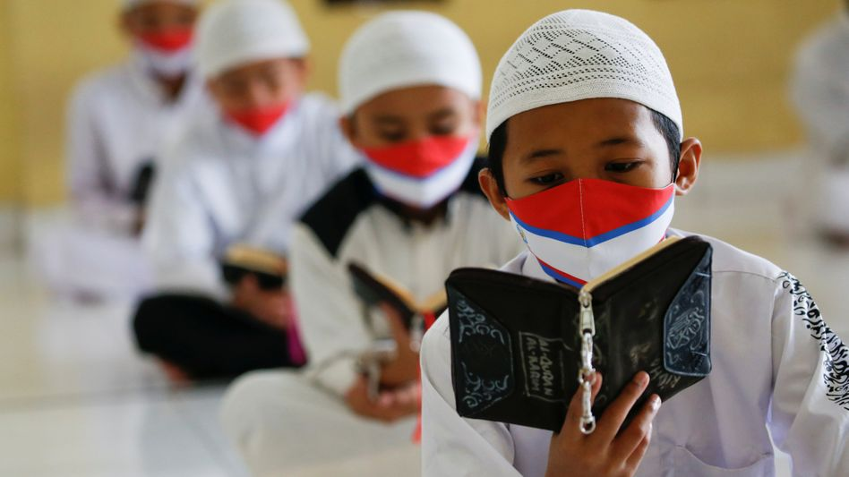 Koranschüler mit Gesichtsmasken im indonesischen Bogor: Alles ist anders