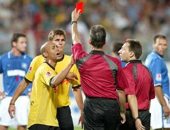 Kein Pardon: Schiedsrichter Aust schickt Sebastian Kehl vom Platz, nachdem er von dem Dortmunder geschubst wurde